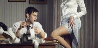 Mężczyzna siedzący przy biurku i kobieta odsłaniająca przed nim kawałek uda