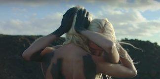 Dwie przytulające się kobiety ubrudzone czarnym pyłem
