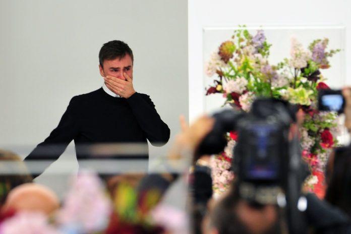 Mężczyzna zakrywający usta dłonią