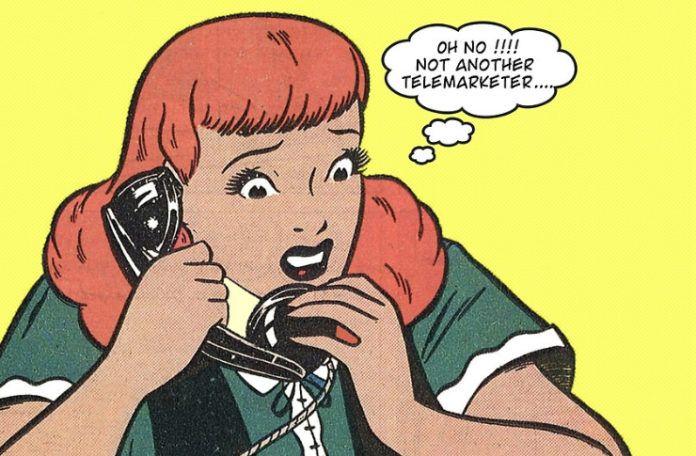 Rysunek pop-art przedstawiający kobietę trzymającą słuchawkę od telefonu