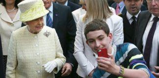 Kobieta ubrana w żakiet i chłopak ze smartfonem