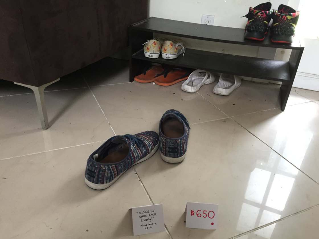 obrazek przedstawia buty i kartkę z podpisem