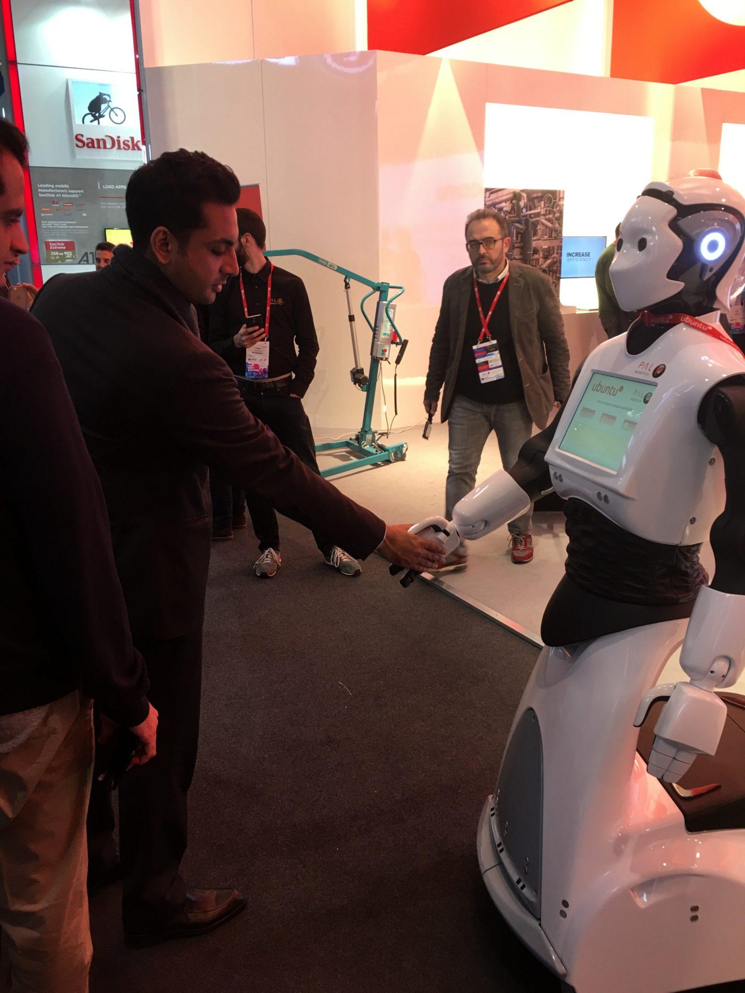 Człowiek podający rękę robotowi