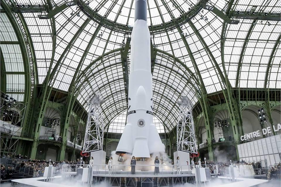 Rakieta kosmiczna umieszczona wewnątrz budynku