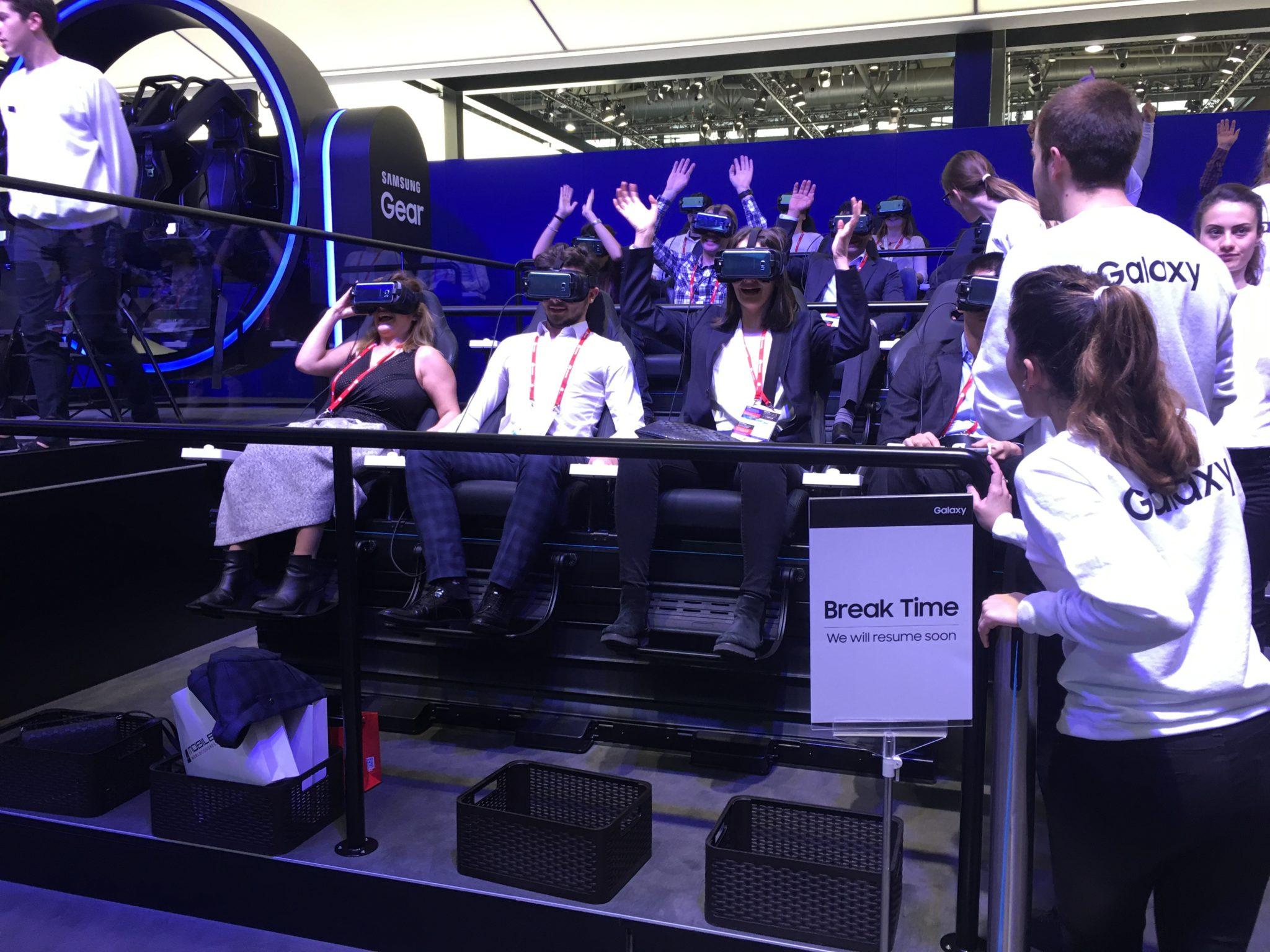 Ludzie siedzący na fotelach z okularami VR
