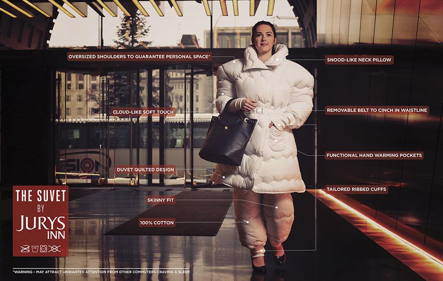 Kobieta ubrana w garnitur-kołdrę