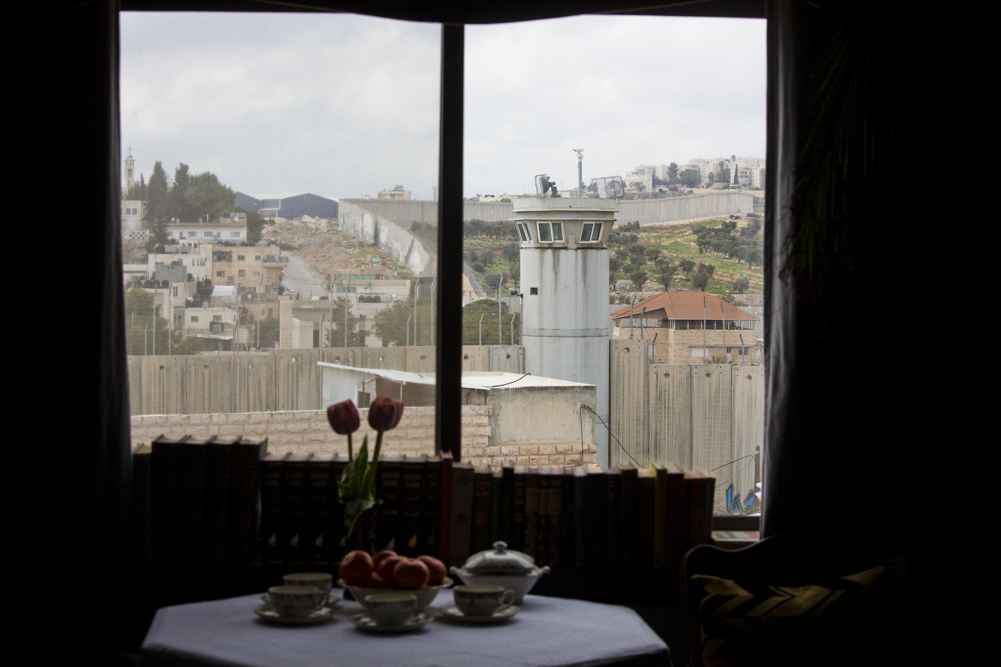 Widok na mur dzielacy Palestyne od Betlejem w hotel Banskyego