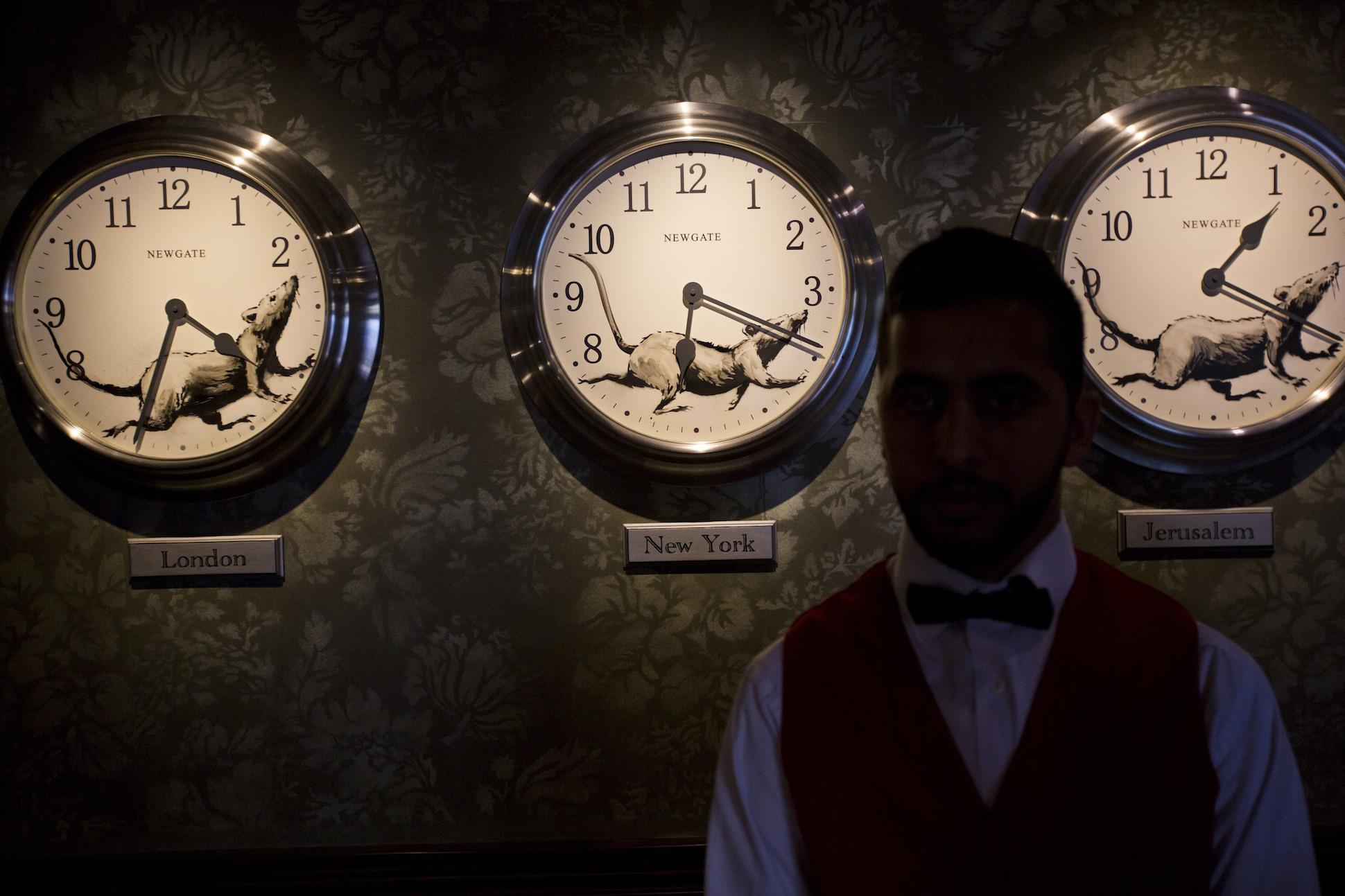 Zegary w hotelu Banksyego