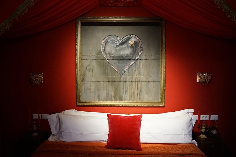 Czerwona sypialnia w hotelu Banksyego
