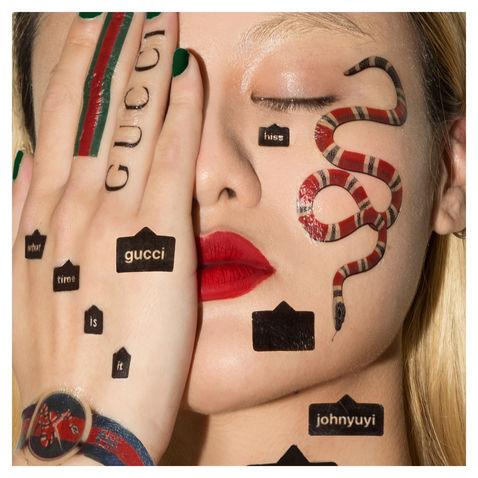mem z twarza kobiety pokryta sztucznymi tatuazamiz haslami i znakami gucci