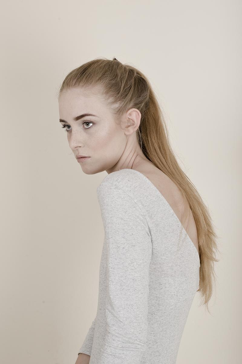 Dziewczyna, blond włosy, jasne body w kucyku na głowie