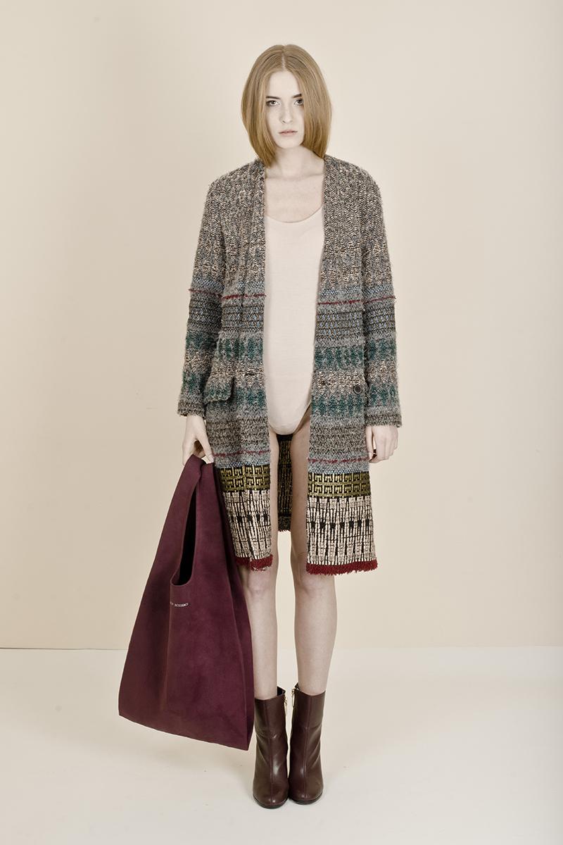 Dziewczyna w długim swetrze, jasnej bluzce z bordową torbą w ręku
