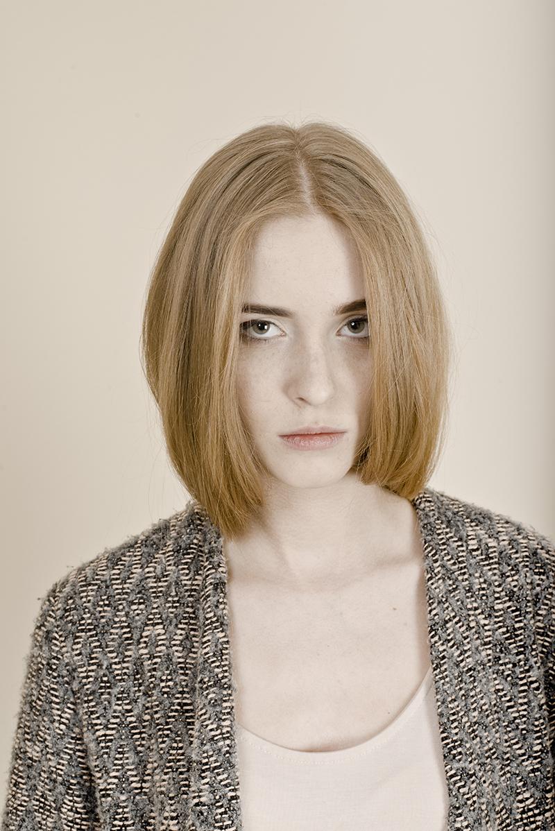 Dziewczyna w długim swetrze, jasnej bluzce