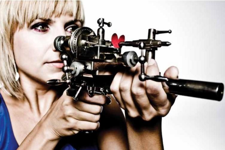 Kobieta z bronią przy twarzy