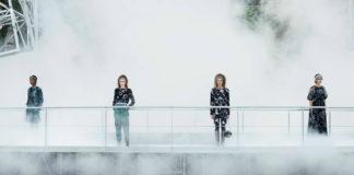 Cztery dziewczyny stojące w dymie