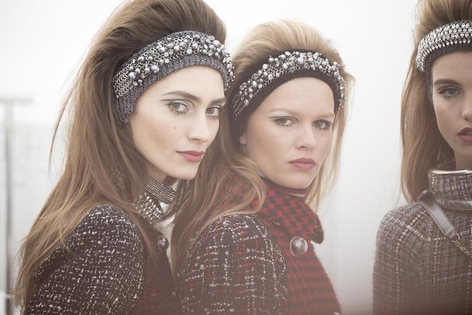 Dwie dziewczyny z dużymi opaskami na głowie z podtapirowanymi włosami