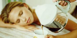 Śpiąca kobieta trzymająca filiżankę, ktoś nalewa do niej kawy