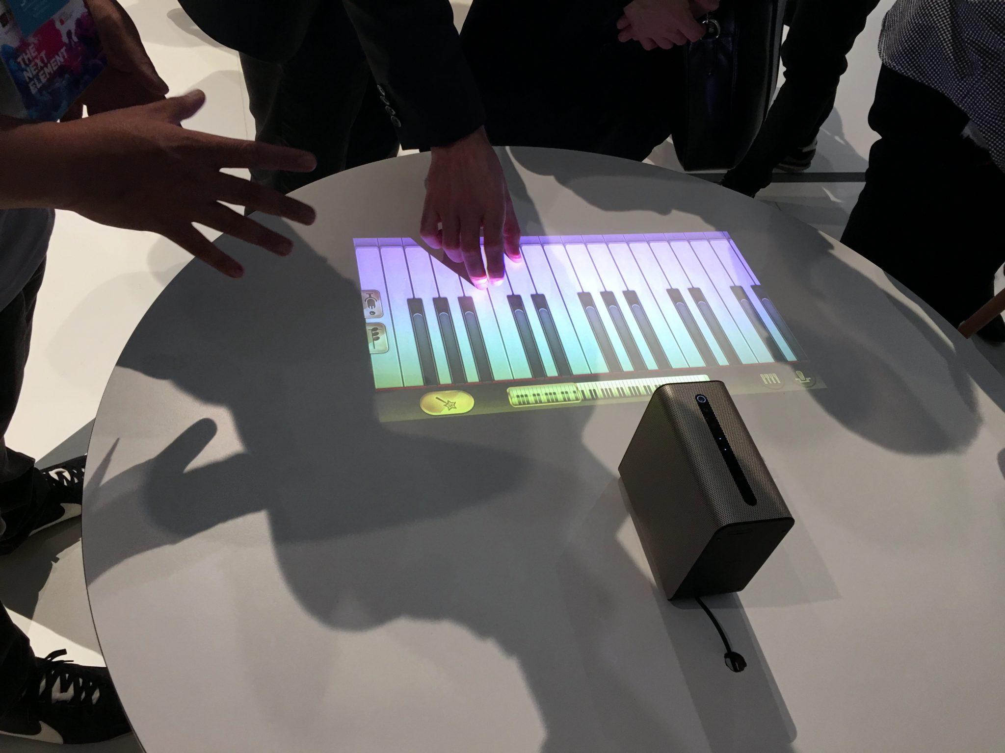 Wirtualne klawisze do grania wyświetlone a stole