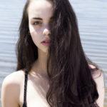 Brutneka z rozpusczonymi włosami w czarnym biustnoszu