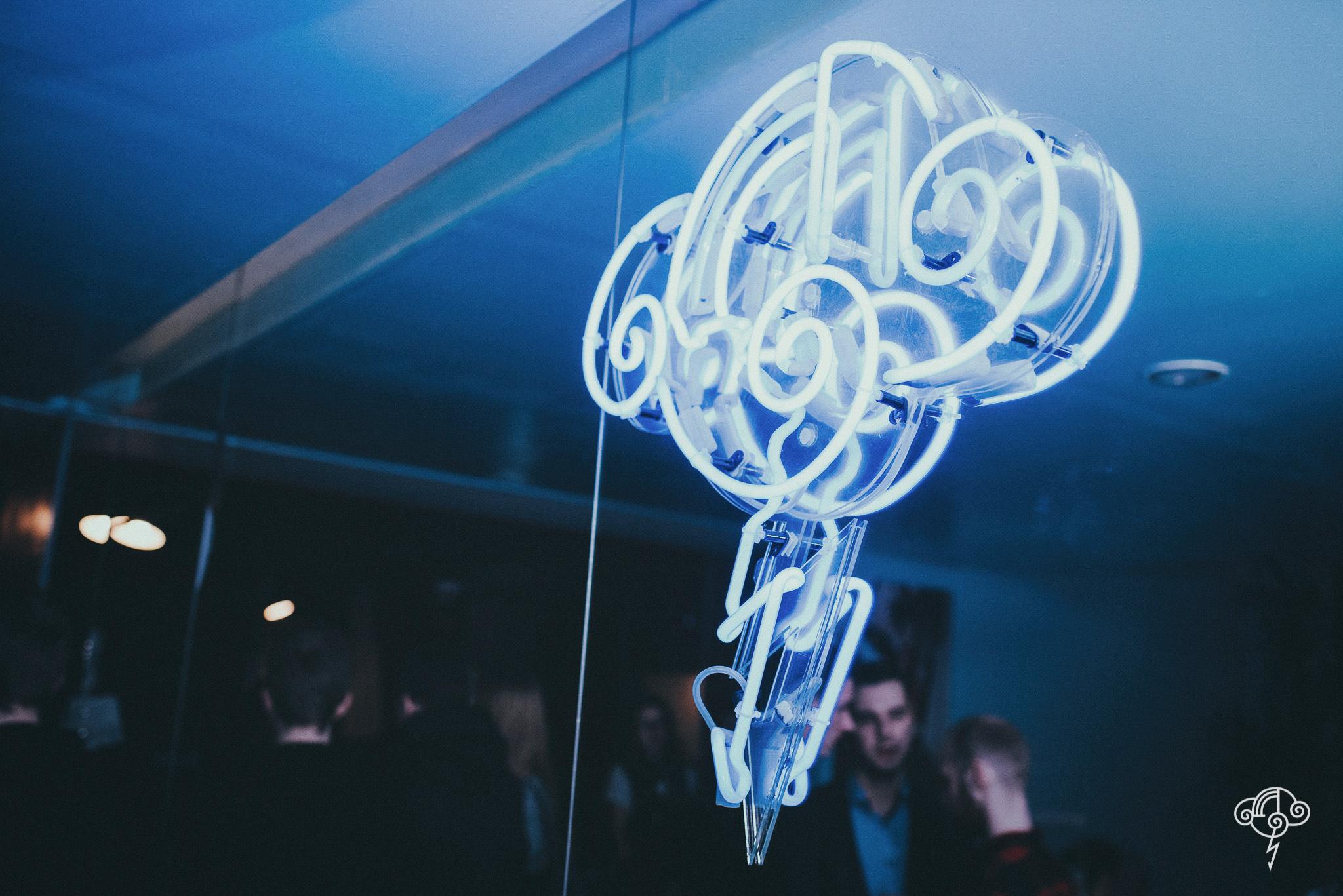 Neon z logiem klubu NIEBO