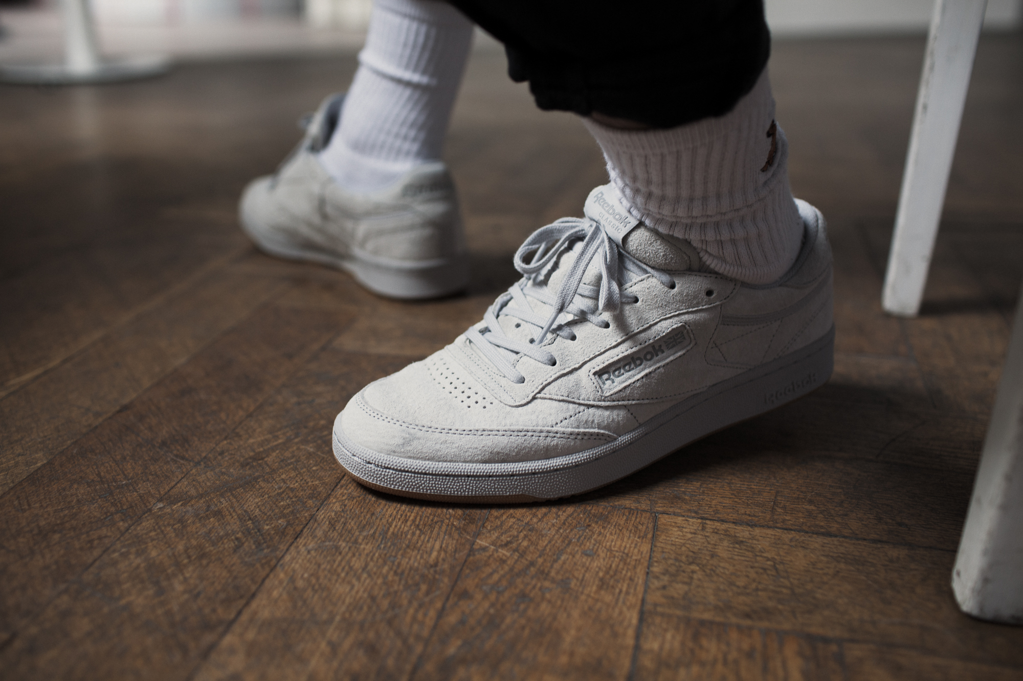 Zblizenie na białe buty Reeboka na męskich nogach
