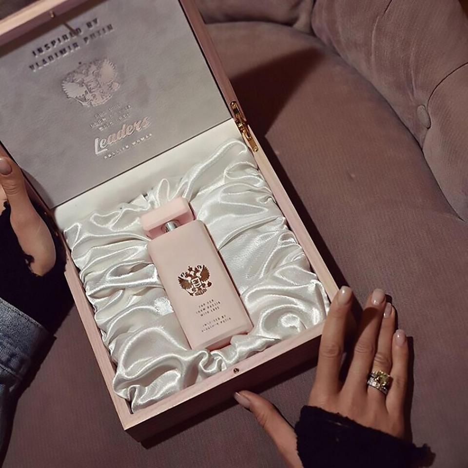"""zdjęcie przedstawia perdumy """"russian woman"""" zapakowane w stylowe pudełko"""