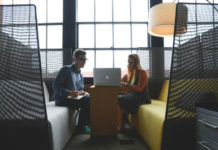 obrazek przedstawia młodego mężczyznę i kobietę siedzących przy otwartym laptopie
