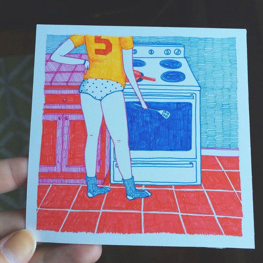 Kobieta w kuchni w zoltej koszulce