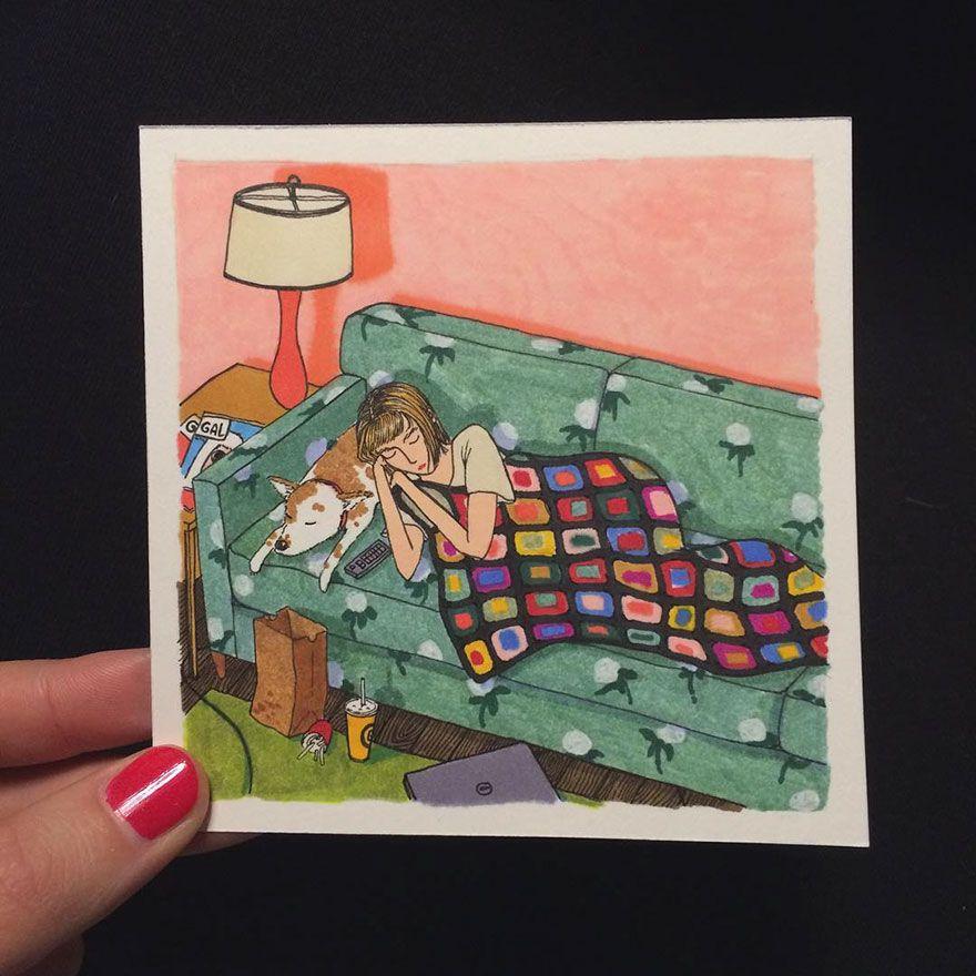 Kobieta leżąca na kanapie pod kocem