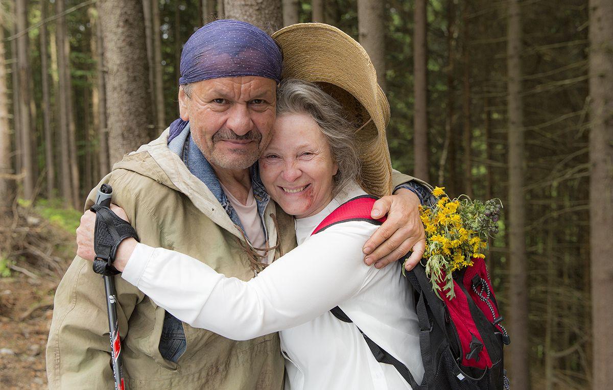 Kobieta przytulająca się do mężczyzny
