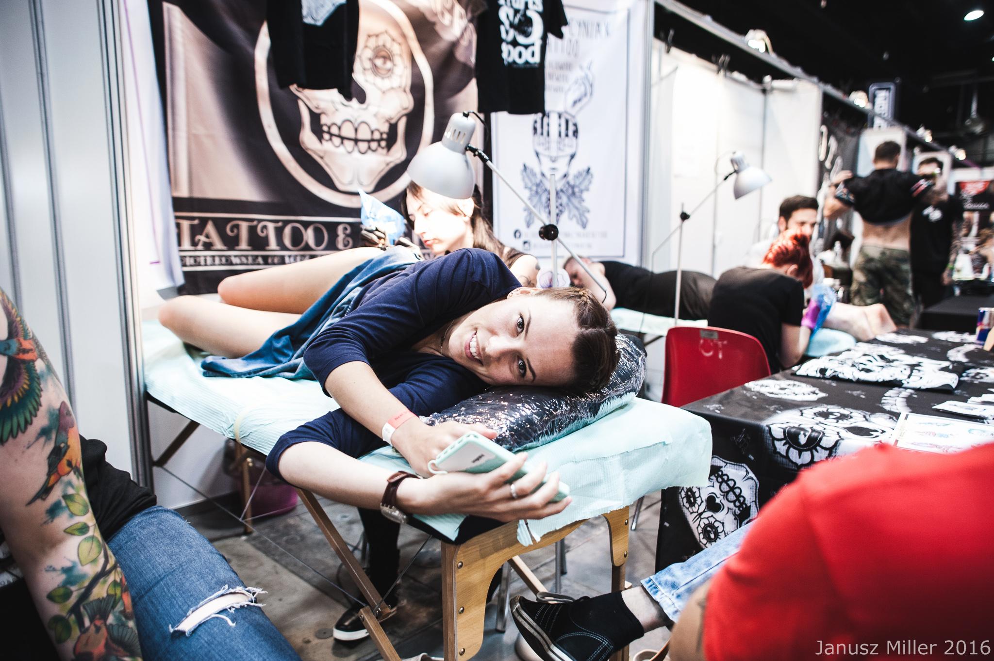 Kobieta leżąca na łóżku w studio tatuażu