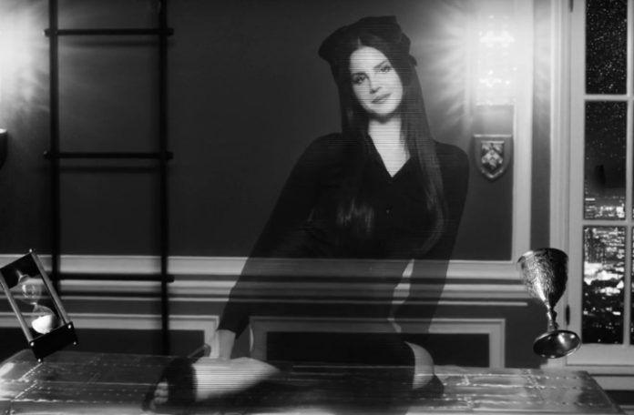 Czarno-białe zdjęcie kobiety siedzącej na stole