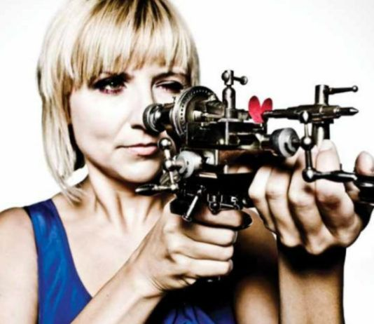 Blondynka z przyrządem przypominającym broń w dłoni