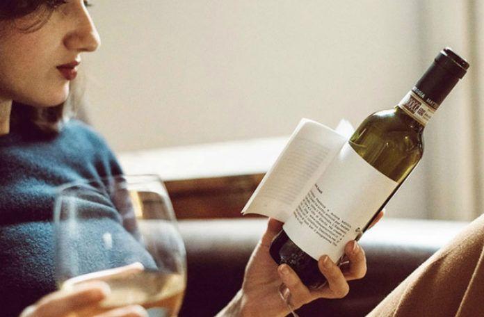 Kobieta trzymająca butelkę z wbudowaną książką