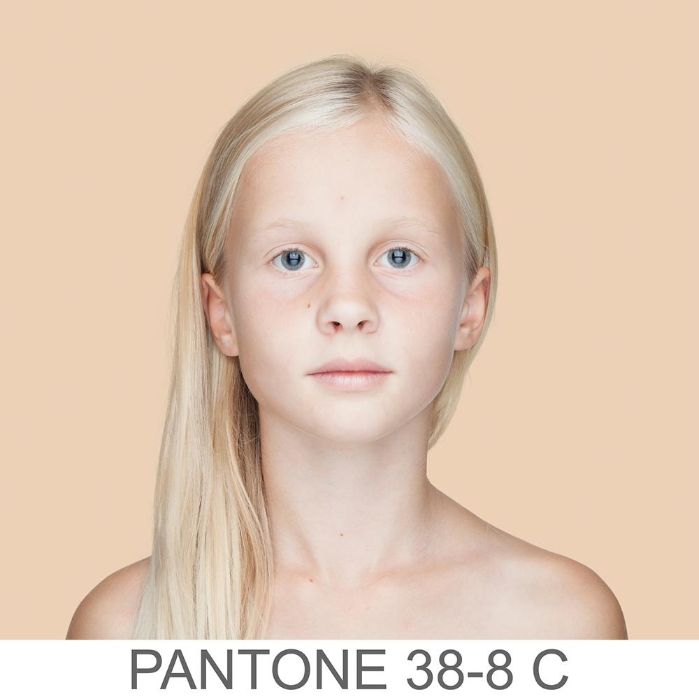 Portret kolorowy, przedstawia dziewczynkę z jasną skórą, blondynkę z delikatnymi piegami