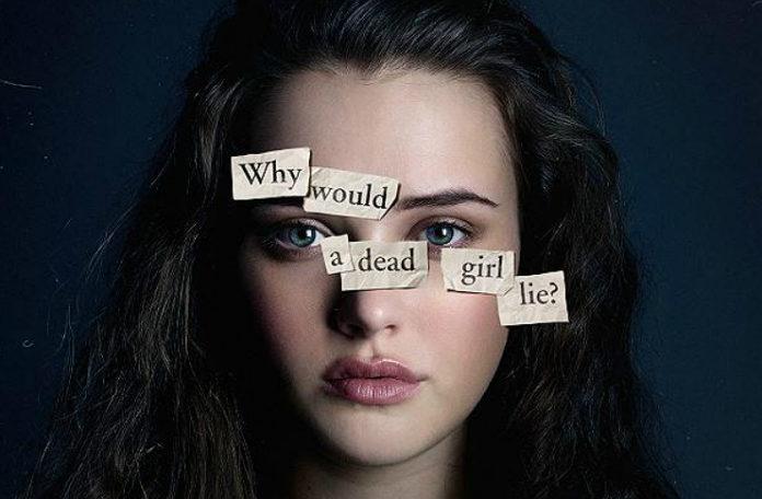 Dziewczyna, brunetka, z przyklejonymi na twarzy karteczkami, układającymi się w zdanie