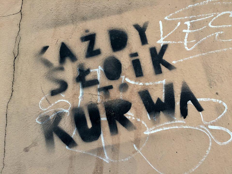 """Napis na murze """"Słoik to kurwa"""""""