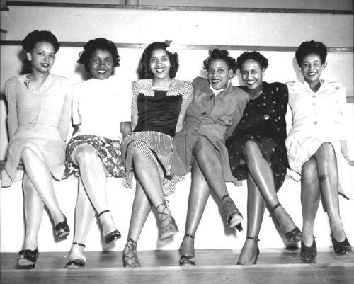 kobiety siedzace w szpilkach