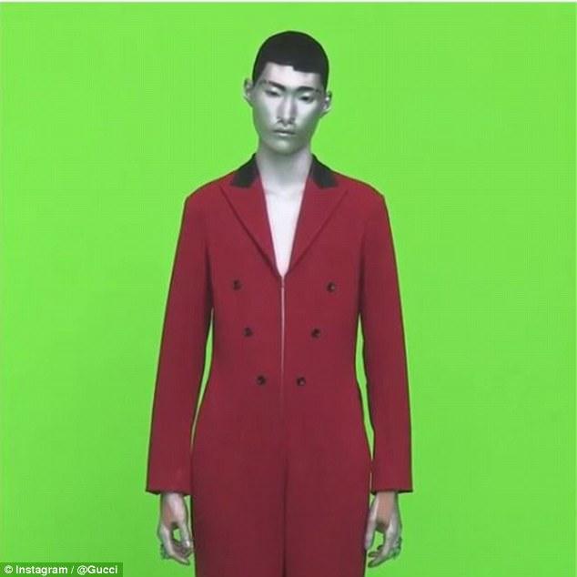 Kosmita na tle zielonej ściany ubrany w czerwony kostium