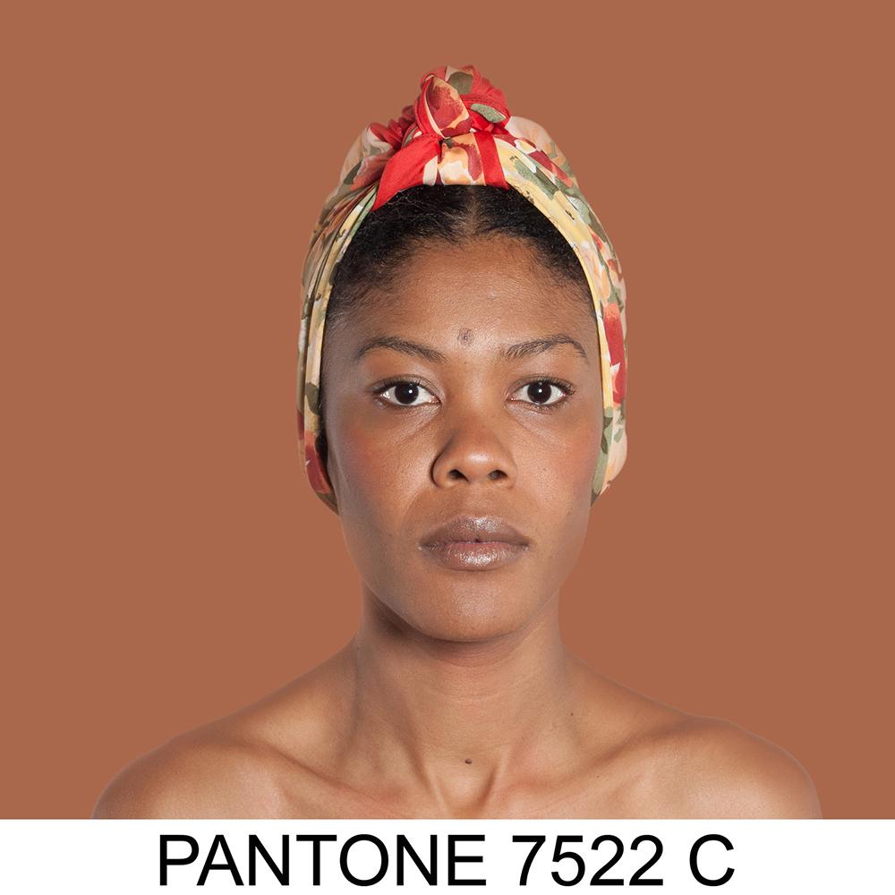 Portret kolorowy przedstawiający kobietę o jasno-brązowym odcieniu skóry, dużych ustach i chuście na głowie