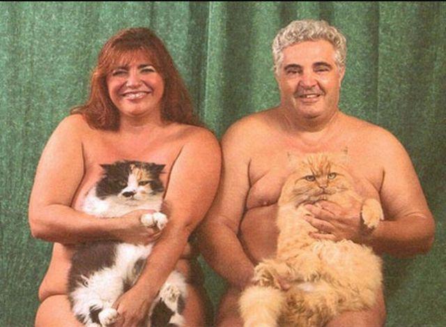 Portret dwójki nagich ludzi, kobiety i mężczyzny, trzymających na kolanach koty