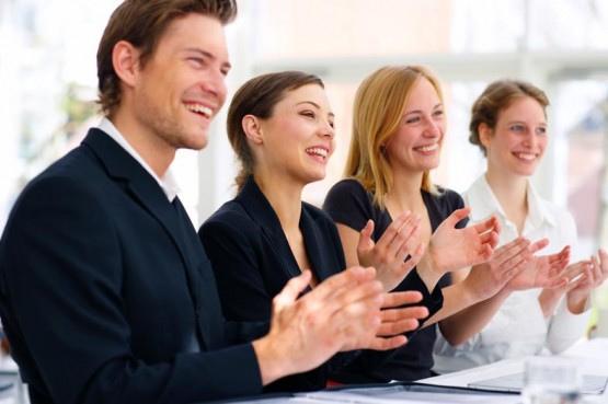 Na obrazku znajdują się cztery osoby wykonujące gest oklasku