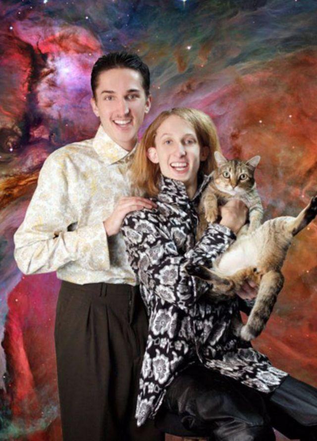 portret kobiety i mężczyzny, kobieta trzyma kota, w tle surrealistyczne tło