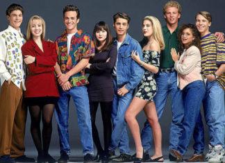 Grupa ludzi ubrana według trendów lat 90