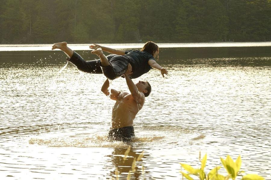 kobieta i mezczyzna tancza w wodzie