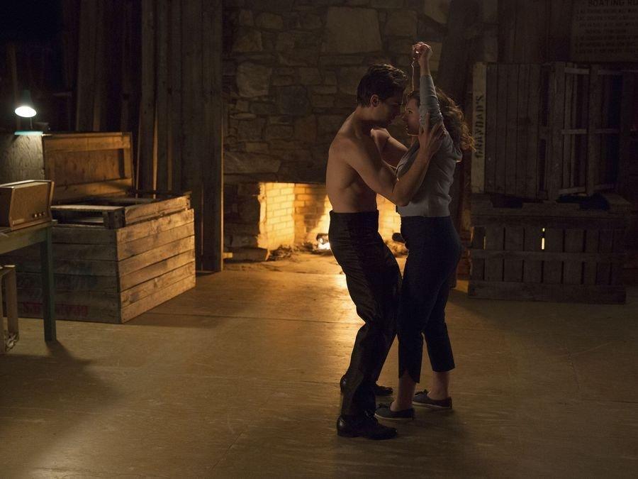 Tańcząca para, mężczyzna bez koszulki