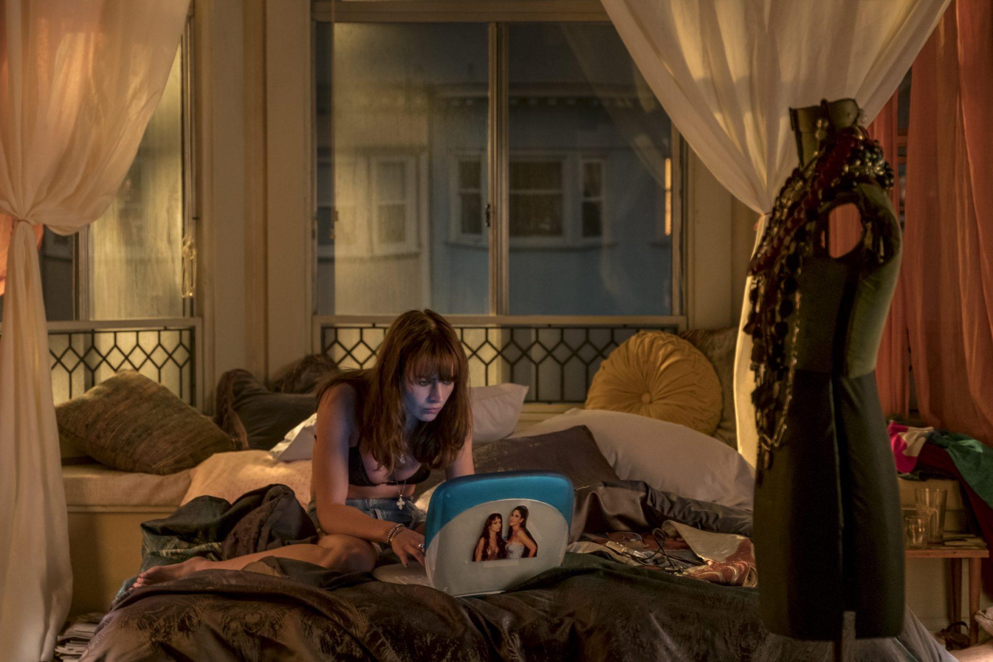 Dziewczyna na łóżku z laptopem