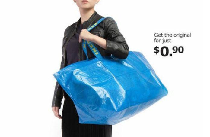 Fotografia reklamowa kolorowa. Przestawia kobietę w czerni trzymającą dużą, niebieską torbę. Na uchwytach torby widać żółte napisy IKEA. Po prawej stronie u góry czarne napisy