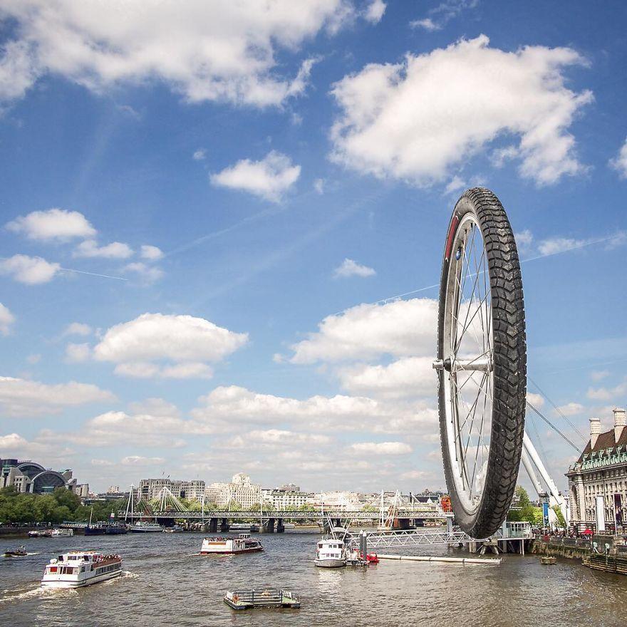 obrazek przedstawia koło rowerowe zamieszczone nad rzeką, po której pływają statki