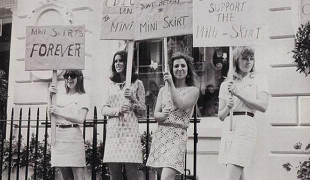 Dziewczyny stojące w krótkich spódniczkach